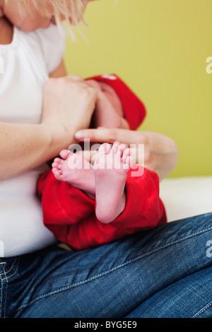 Mid adult woman holding enfant nouveau-né