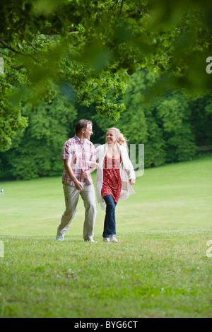 Jeune couple walking in park Banque D'Images