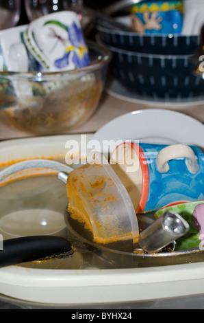 D'un évier plein de vaisselle sale Banque D'Images