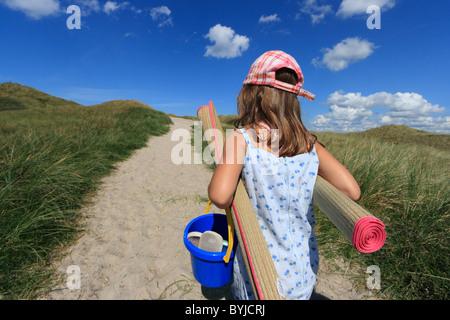 Une fille sur le chemin de la plage Banque D'Images
