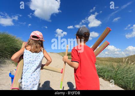 Une fille et un garçon sur le chemin de la plage Banque D'Images