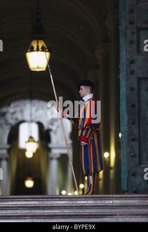 Garde Suisse pontificale qui gardaient la porte de bronze de la Basilique Saint-Pierre Banque D'Images