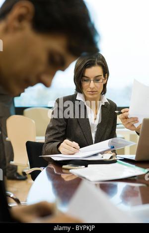 L'examen de documents cadres en réunion Banque D'Images