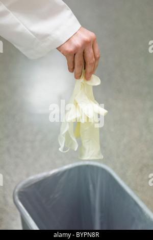 Jeter les gants en latex jetables Banque D'Images