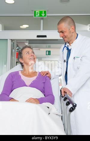 Prendre soin de médecin femme âgée Banque D'Images