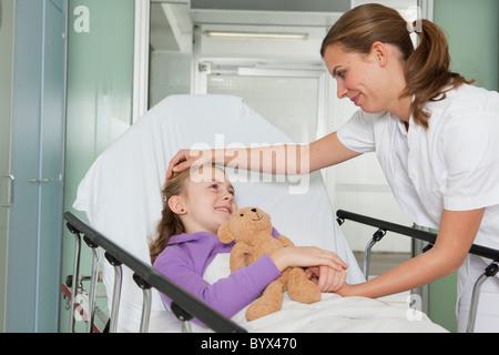 Caressant infirmière malade girl Banque D'Images