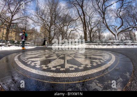 Un jeune homme contemple l'imaginer mosaïque de champs de fraises dans la région de Central Park, sur un Après-midi Banque D'Images