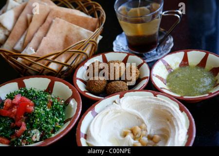 Petit-déjeuner typique de l'houmous, falafel salade et pain de pita, Aqaba, Jordanie. Banque D'Images