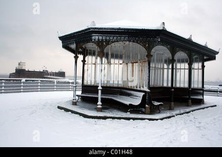 Pavillon victorien dans la neige avec la perche Rock Fort en arrière-plan. Prise à New Brighton, le Wirral, UK Banque D'Images