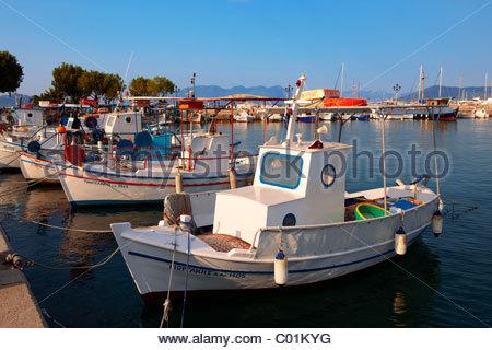 Les bateaux de pêche locaux dans le port d'Égine, Grec Iles Saroniques Banque D'Images