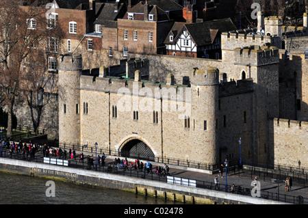 Vue plongeante sur les touristes au château historique de bâtiments à côté de la Tour de Londres Tamise entrée de Banque D'Images