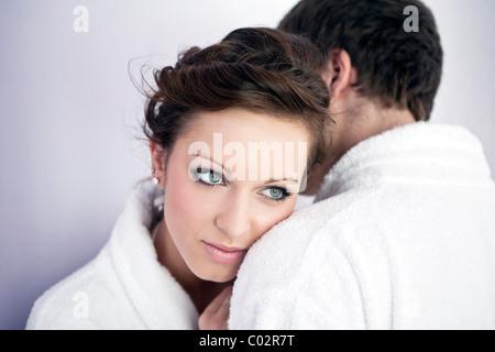 Jeune femme et jeune homme en peignoir, hug Banque D'Images