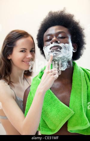 Couple, femme et homme, rasage Banque D'Images