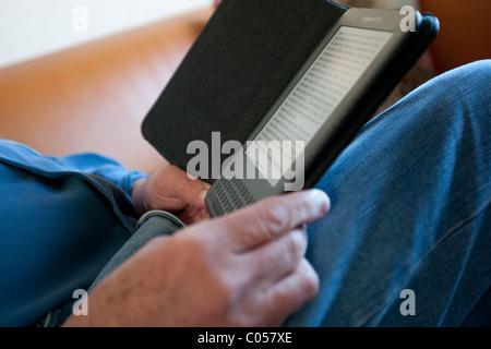 Lire un livre sur un Kindle ebook reader périphérique. Banque D'Images