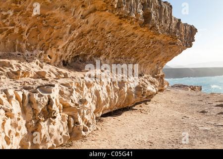 Vague rock formations à côté du sentier de la Falaise près de Ajuy, sur la côte ouest de l'île canarienne de Fuerteventura Banque D'Images