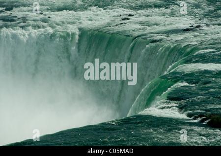 La courbe des chutes canadiennes dans le cadre de chutes du Niagara au Canada. Vue rapprochée avec la brume qui Banque D'Images
