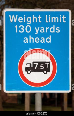 Un UK road sign reading 'limite de poids 130 yards devant' et '7,5T'. Le signe est là pour protéger un ponceau sous Banque D'Images