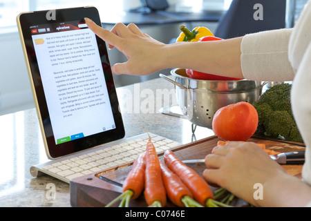 Navigation en ligne pour les cours de cuisine femme avec l'application de cuisine Epicurious iPad Banque D'Images