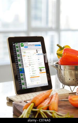 Twitter iPad affichant l'écran d'applications mobiles utilisés dans la cuisine Banque D'Images