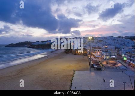 Plage avec vue sur la ville, Albufeira, Algarve, Portugal, Europe Banque D'Images