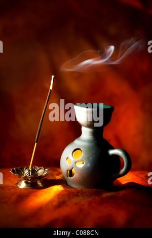 Arôme indien lampe avec bâton d'encens et de fumée Banque D'Images