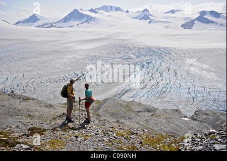 L'homme et la femme jouissent sur Harding Icefield, Kenai Fjords National Park, péninsule de Kenai, Southcentral Banque D'Images