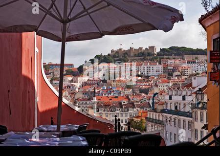 Les tables d'un restaurant à l'Calcada do Duque, Bairro Alto, dans le dos la colline du château avec château Castelo Banque D'Images