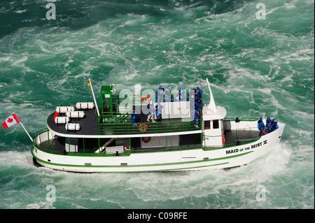 """Les chutes du Niagara, le bateau d'excursion """"aide de la brume s'approche pour le tonnerre falls, Ontario, Canada Banque D'Images"""