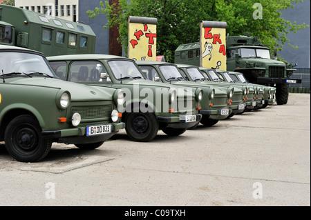 Ancienne RDA voitures Trabant conçu d'après les véhicules de l'armée disponible pour les visites de la ville, Berlin, Banque D'Images