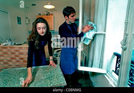 Paris, France, jeune Couple partageant les tâches ménagères à la maison, en studio. Vie français authentique Banque D'Images