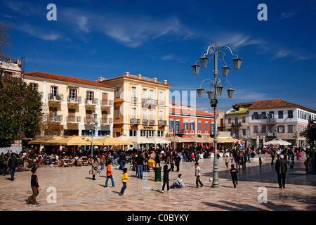 """('Syntagma constitution"""") Square, la place centrale de la ville de Nauplie, l'Argolide, Péloponnèse, Grèce. Banque D'Images"""