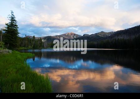 Paysage avec des nuages, des montagnes et de réflexion prises dans le Parc National de Yellowstone, Wyoming, USA. Banque D'Images
