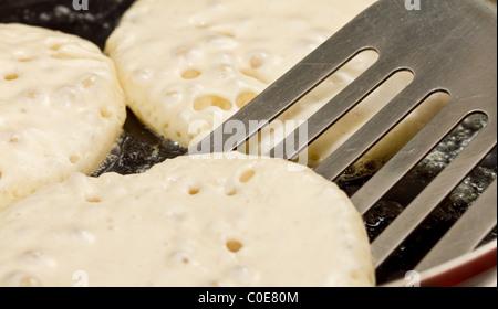 Close up of scones drop ou des crêpes d'être frit dans le beurre chaud. Banque D'Images