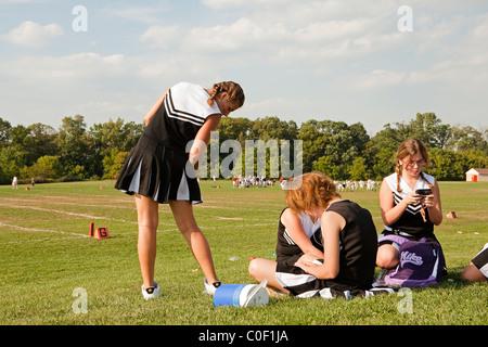 Cheerleaders socialiser à l'écart Banque D'Images