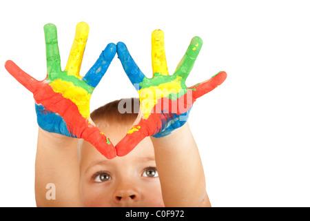 Les mains d'un garçon peint Banque D'Images