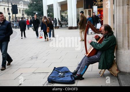 Musicien ambulant jouant sur la rue Cambridge harpe Banque D'Images