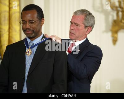 Le Président George W Bush remet la Médaille de la liberté pour le Dr Ben Carson le président américain a remis la Médaille de la liberté dans le