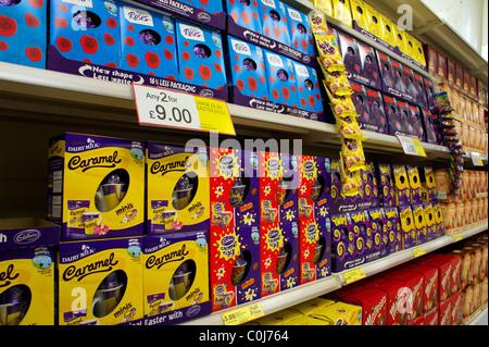 Les oeufs de Pâques sur la vente dans un supermarché au Royaume-Uni