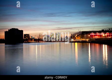 Isle of Dogs, et financier de Londres Centre Excel au crépuscule se reflétant dans les eaux de la Royal Victoria Dock Banque D'Images