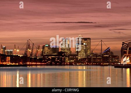 Isle of Dogs, centre financier de Londres au crépuscule se reflétant dans les eaux de la Royal Victoria Dock Banque D'Images