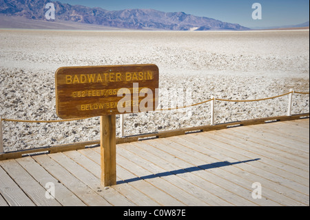 Signe du bassin de Badwater, Death Valley National Park, California USA Banque D'Images