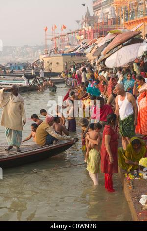 Les pèlerins se baigner dans le Gange à Man Mandir Ghat, Varanasi, Uttar Pradesh, Inde Banque D'Images