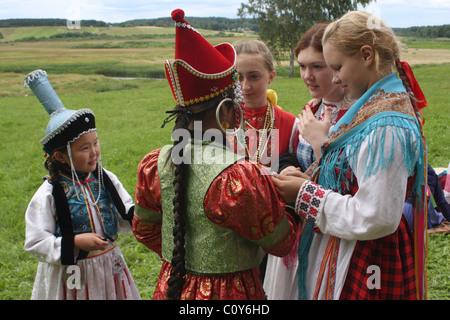 Les jeunes filles dans les costumes russe et bouriate au festival de folklore dans Pushkinskiye sanglant. Région Banque D'Images