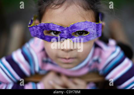 Fille avec ses lunettes en carton qu'elle a faite à l'école Banque D'Images