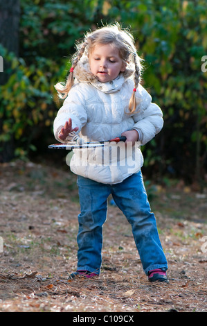 Girl jouer au badminton dans le parc