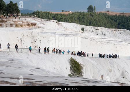 Des terrasses en travertin blanc, Pamukkale, province de Denizli, Turquie Banque D'Images