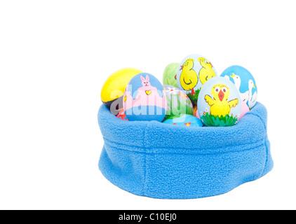 Délicieusement peints à la main les oeufs de Pâques colorés en bleu imbriqués fleece sur fond blanc
