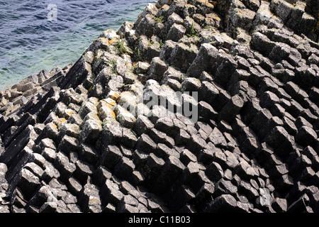 Formations de basalte sur l'île de Staffa, Hébrides intérieures island, Ecosse, Royaume-Uni, Europe Banque D'Images