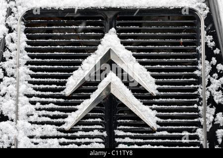 Logo sur le radiateur d'une Citroën van, voitures anciennes, de la neige