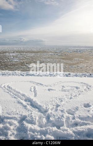 Paysage de neige avec un coeur et d'une glaciale, de la mer du Nord, l'île Foehr Nationalpark Schleswig-Holsteinisches Wattenmeer,
